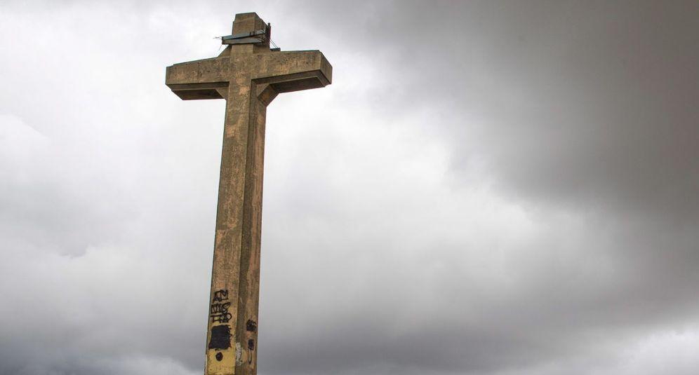 Foto: Imagen de la cruz de Olarizu que el Ayuntamiento de Vitoria se niega a retirar por no considerarla un símbolo franquista. (EFE)