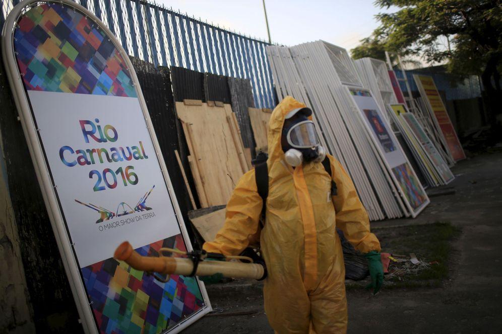 Foto: Un trabajador municipal fumiga el Sambódromo de Río de Janeiro, el 26 de enero de 2016. (Reuters)