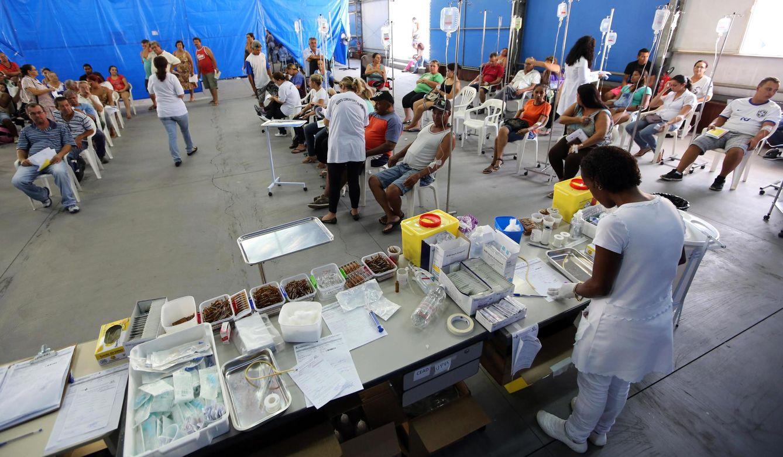 Foto: Pacientes con síntomas del dengue esperan a ser atendidos en una tienda de campaña en Río Claro, Brasil, en marzo de 2015 (Reuters).