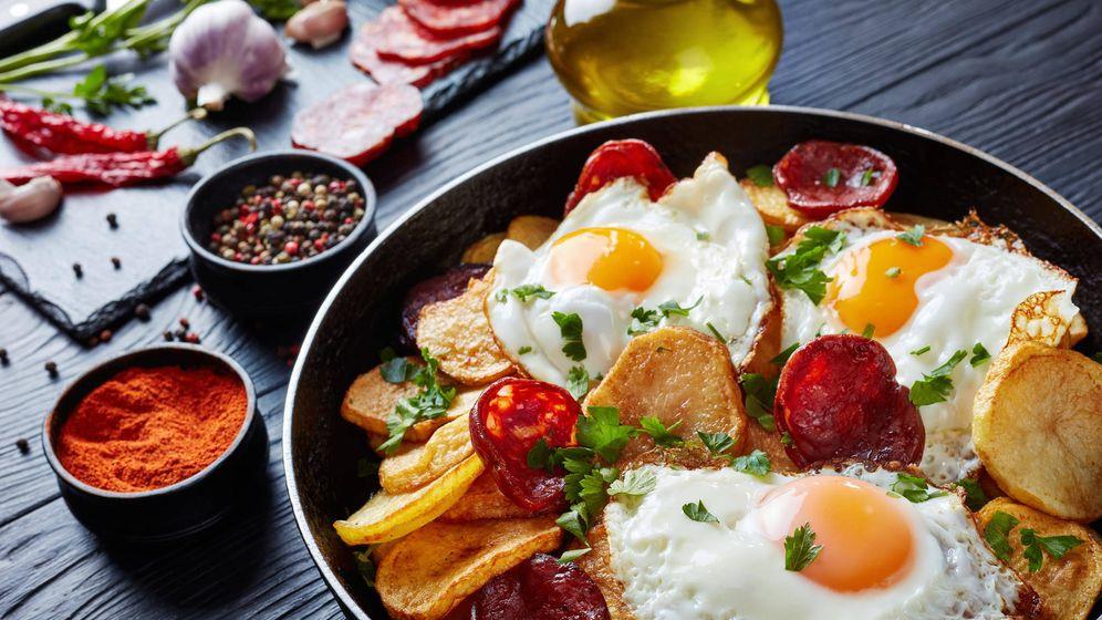 Foto: Huevos rotos con chorizo. (iStock)