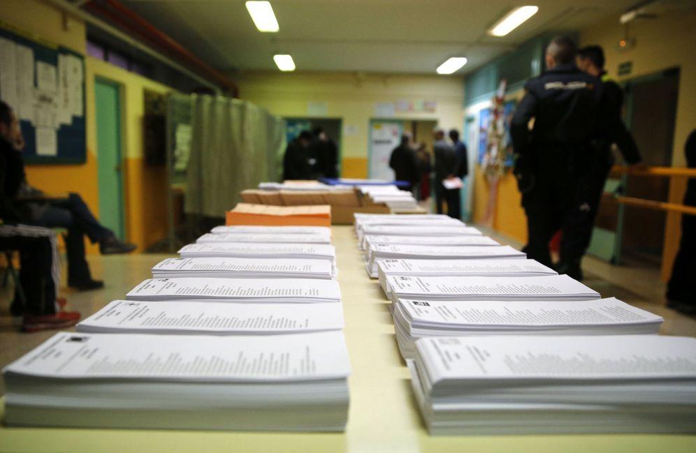 Foto: Papeletas al Congreso y al Senado en un colegio electoral de Madrid en las elecciones del 20 de diciembre de 2015. (EFE)