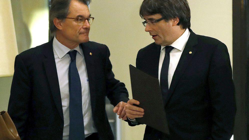 Foto: El expresidente de la Generalitat Carles Puigdemont (d) y su predecesor, Artur Mas.