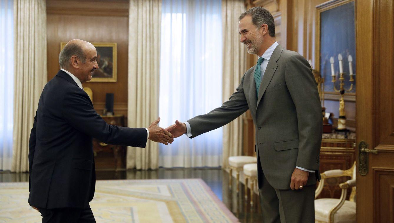 El rey Felipe VI saluda al diputado del Partido Regionalista de Cantabria (PRC) José María Mazón. (EFE)