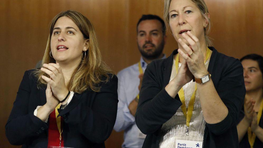 Foto: La coordinadora general del PDeCAT, Marta Pascal, y la presidenta del partido, Neus Munté, durante el consejo nacional del partido. (EFE)