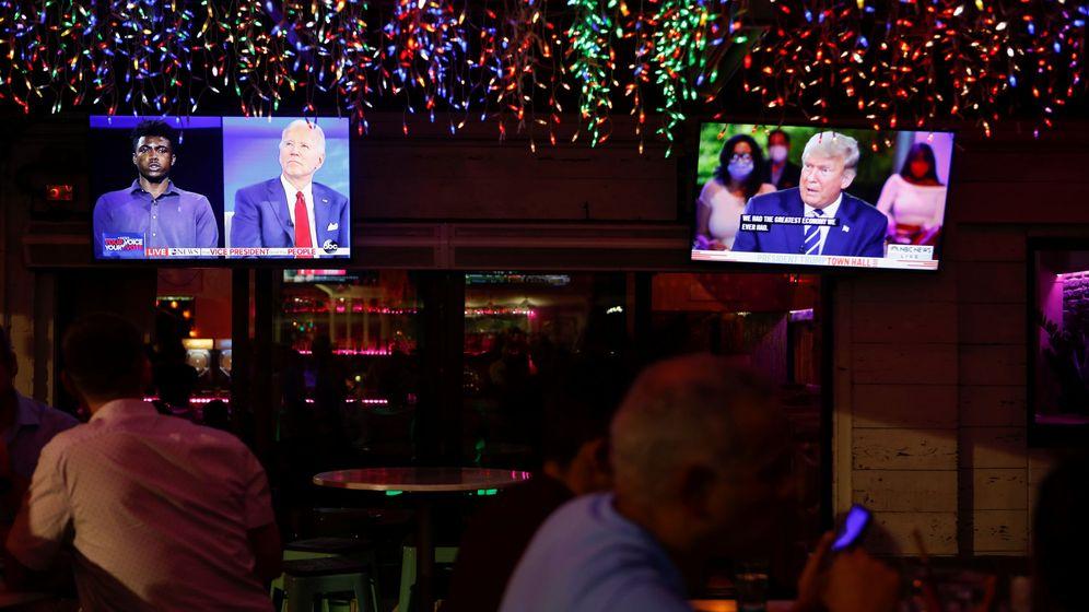 Foto: Un bar en Florida con los dos debates. (Reuters)
