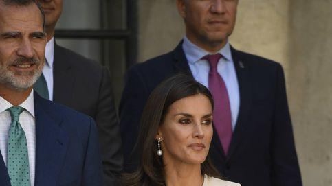 Diamantes y perlas: los aliados de la reina Letizia para levantar su look en Sevilla