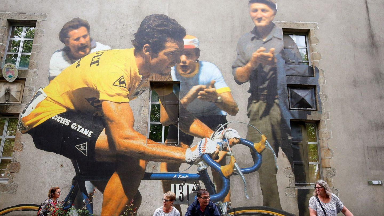 Bernard Hinault, dibujado en un muro durante el Tour de Francia. (Efe)