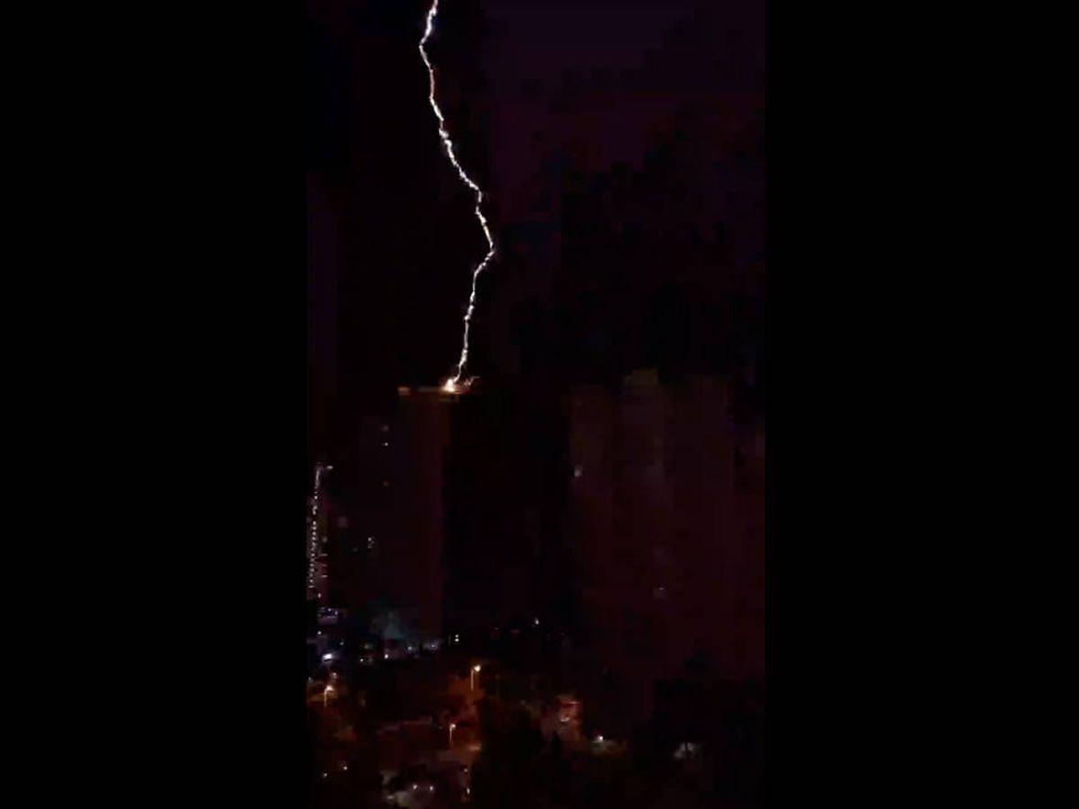 Foto: El espectacular rayo provocó un incendio en la azotea del rascacielos (Twitter)