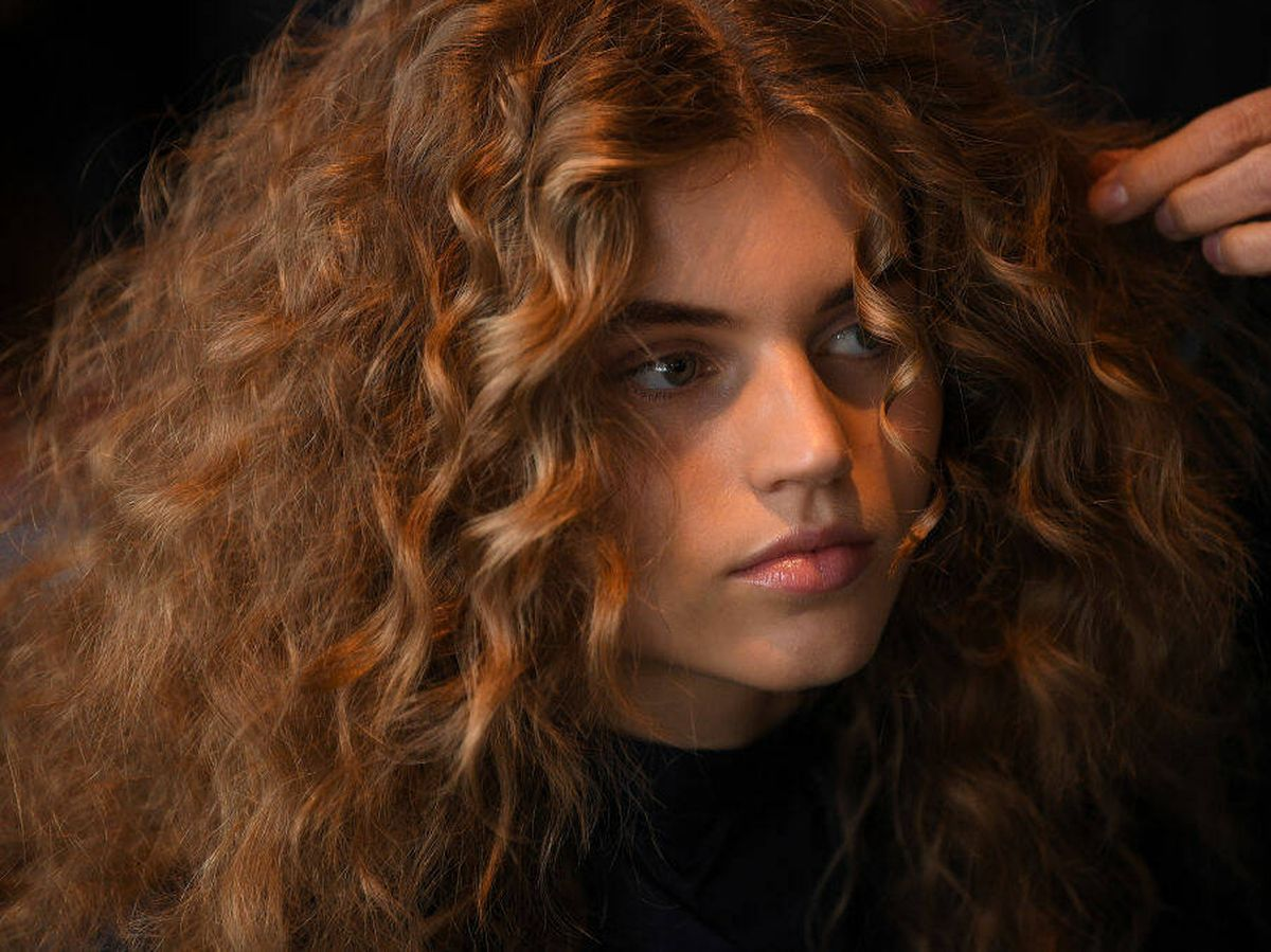 Foto: Los cabellos rizados suelen ser más secos por lo que están más expuestos al encrespamiento. (Getty)