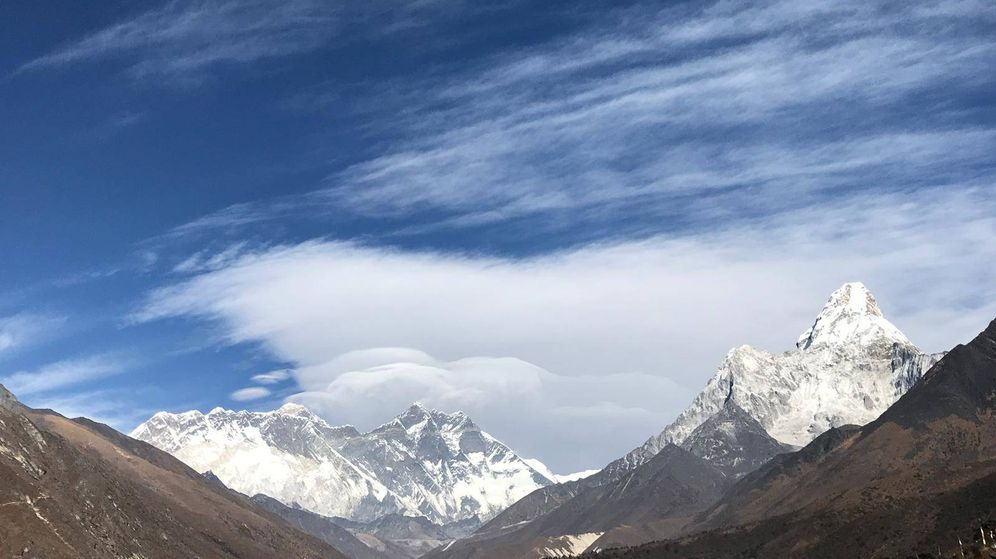 Foto: El valle del Khumbu, con los 'ochomiles' Everest y Lotse al fondo. (Foto: Víctor García)