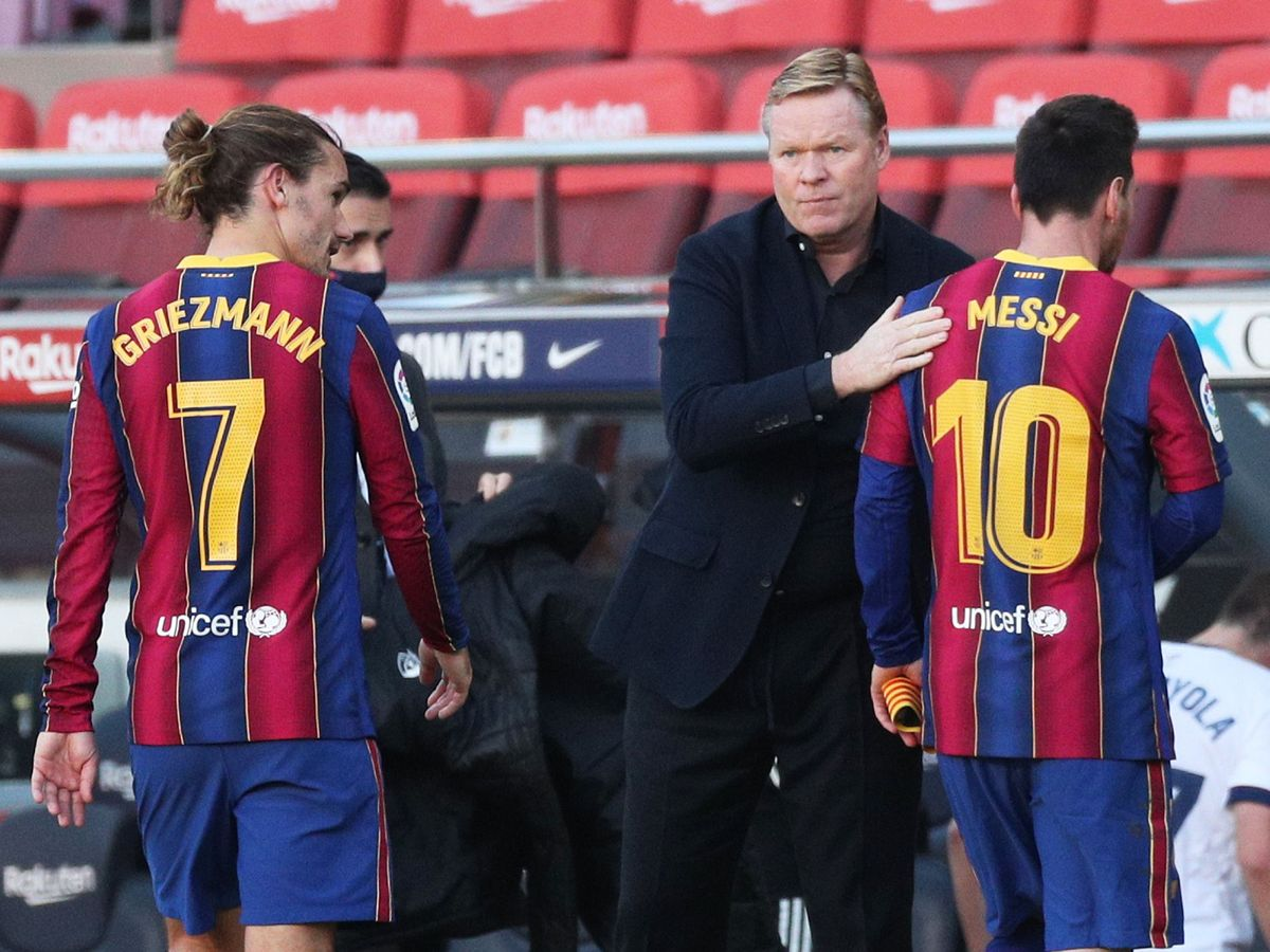 Foto: Ronald Koeman observa a Leo Messi tras finalizar un encuentro. (Reuters)