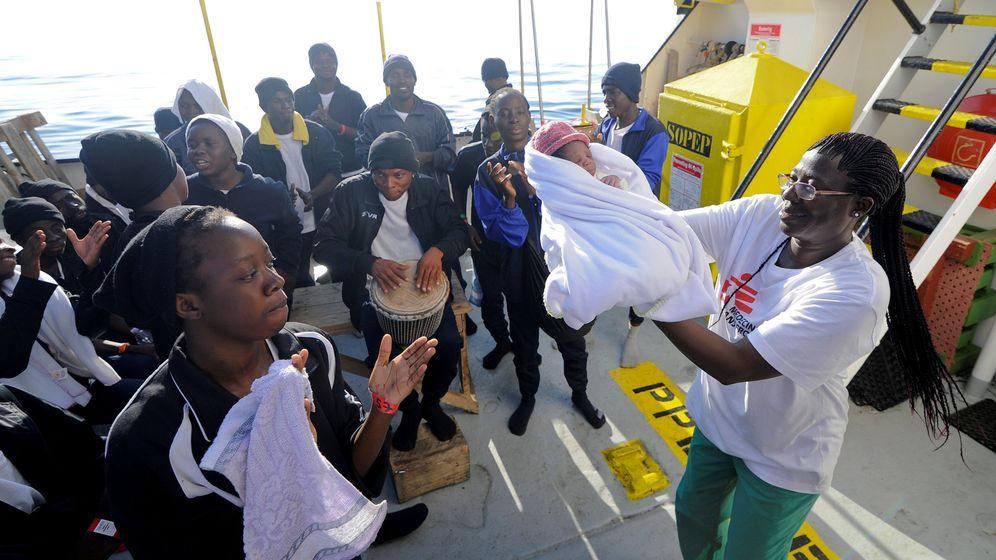 Foto: Migrantes celebran el naciemiento de un bebé a bordo del Aquiarius. (Reuters)