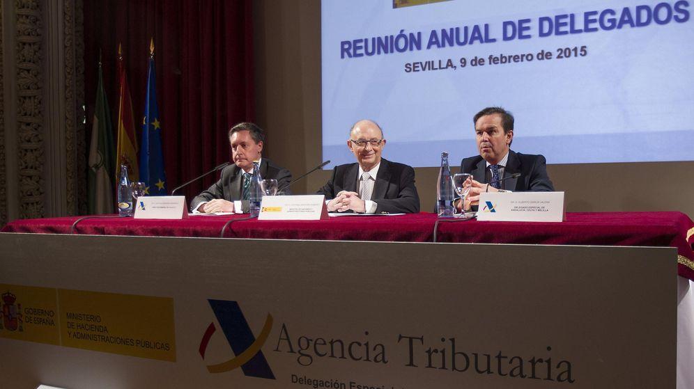 Foto: Cristóbal Montoro (c), junto al director de la Agencia Tributaria, Santiago Menéndez(i), y el delegado especial de la Agencia Tributaria en Andalucía, Ceuta y Melilla, Albero García (d)
