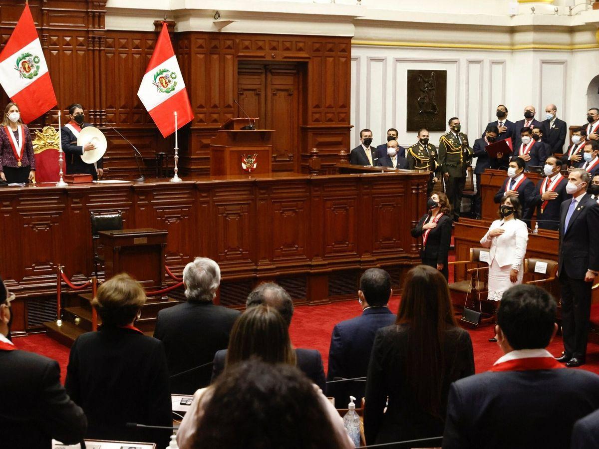 Foto: Felipe VI (d), junto al resto de dignatarios, durante el acto de investidura del nuevo gobernante peruano, el izquierdista Pedro Castillo (2i). (EFE)
