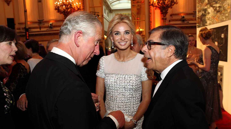 Corinna Zu Sayn-Wittgenstein, con Bob Colacello y el príncipe de Gales. (Getty)