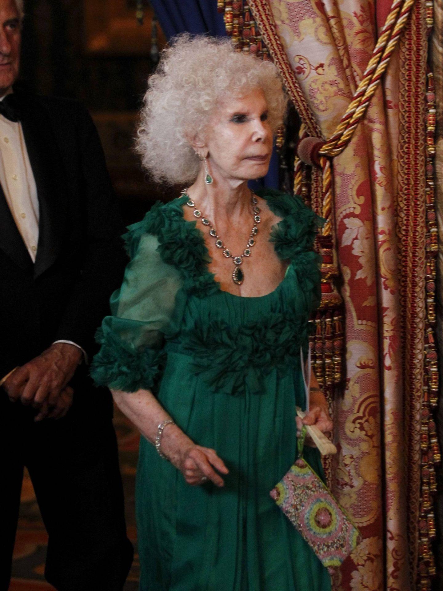 Cayetana de Alba, con algunas de sus imponentes piezas de esmeraldas. (Cordon Press)
