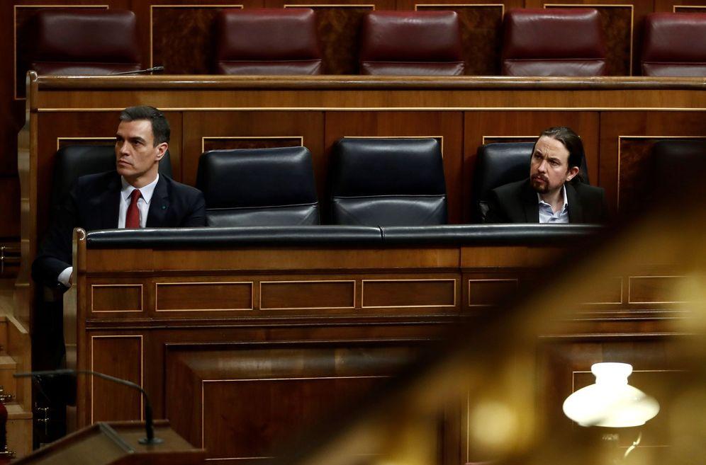 Foto: Pedro Sánchez, con el vicepresidente segundo, Pablo Iglesias, en el pleno del Congreso de este 25 de marzo. (EFE)