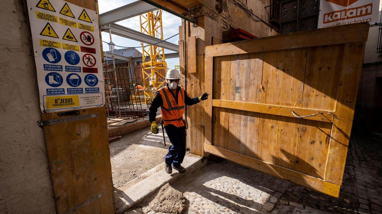 Un obrero regresa a su trabajo tras el fin de las restricciones. (EFE)