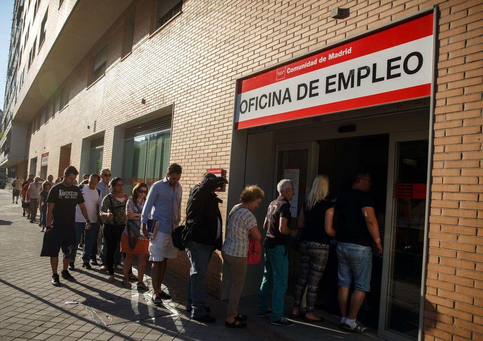 Foto: Gente forma una fila para acceder a una oficina de empleo en Madrid (Efe)