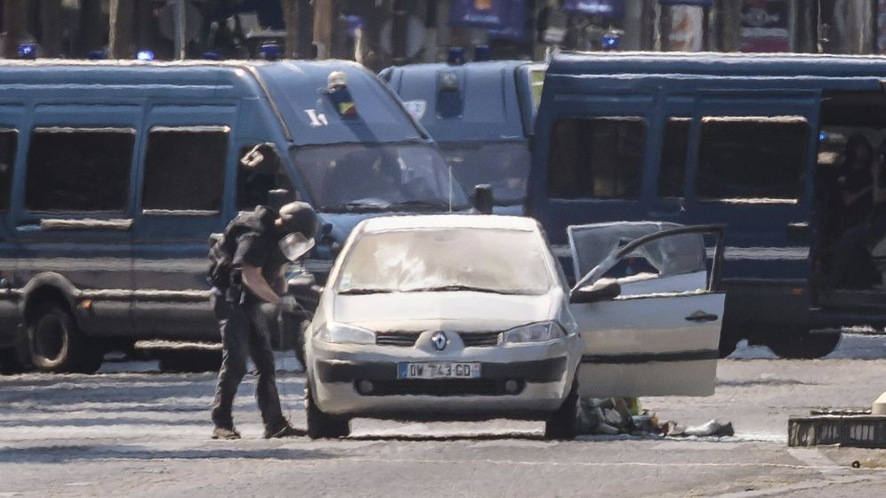 Foto: Un coche embiste a un furgón policial en los Campos Elíseos