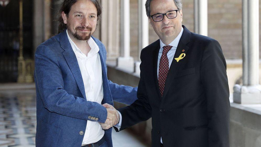 Foto: El presidente catalán, Quim Torra (d), y el secretario general de Podemos, Pablo Iglesias, momentos antes de la reunión que mantuvieron este lunes en el Palau. (EFE)