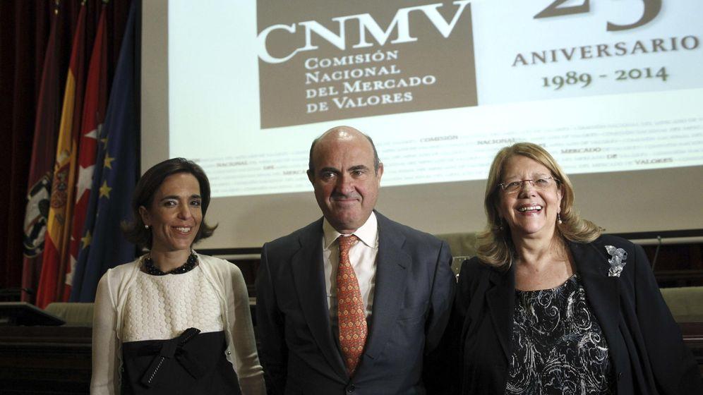 Foto: Luis de Guindos junto a la presidenta d ela CNMV, Elvira Rodríguez (d) y la vicepresidenta, Lourdes Centeno (Efe)