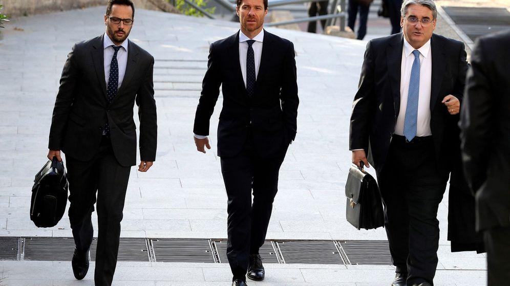 Foto: Xabi Alonso llega a la Audiencia acompañado de sus abogados. (EFE)