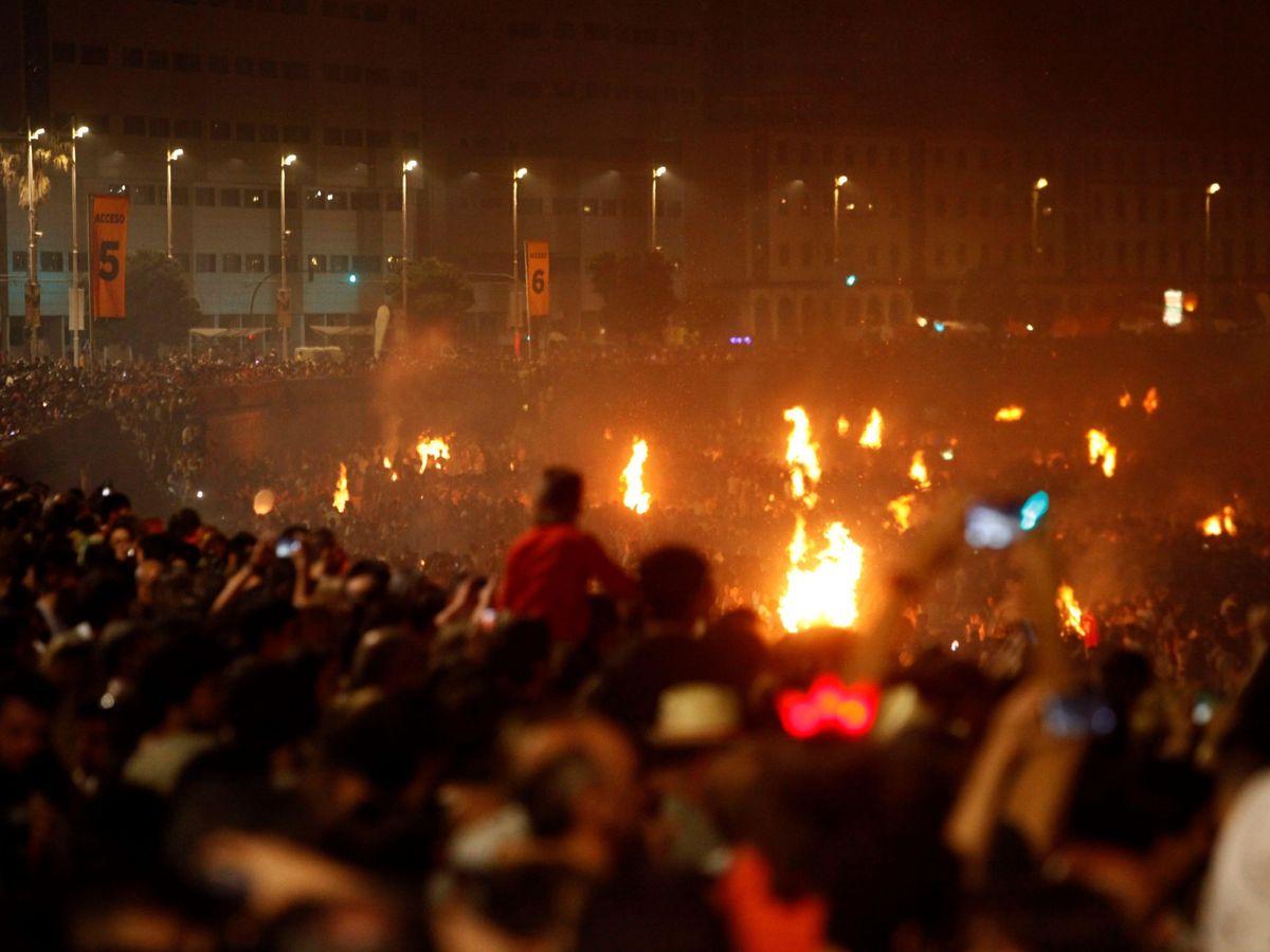 Foto: La aglomeración de personas hace que muchos opten por orinar en plena vía pública (EFE/Cabalar)