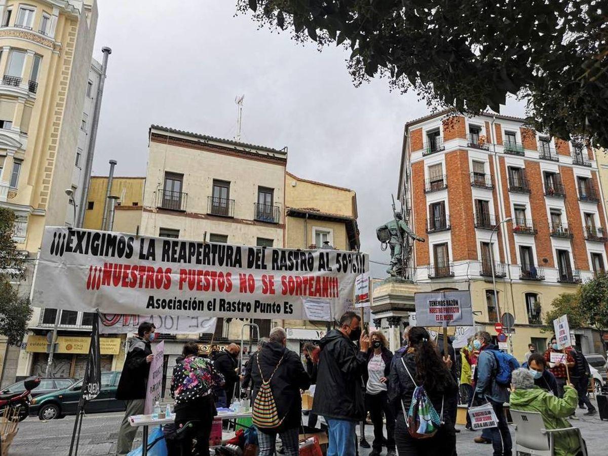 Foto: Los comerciantes de El Rastro se manifestaron para reclamar la reapetura. (EFE)