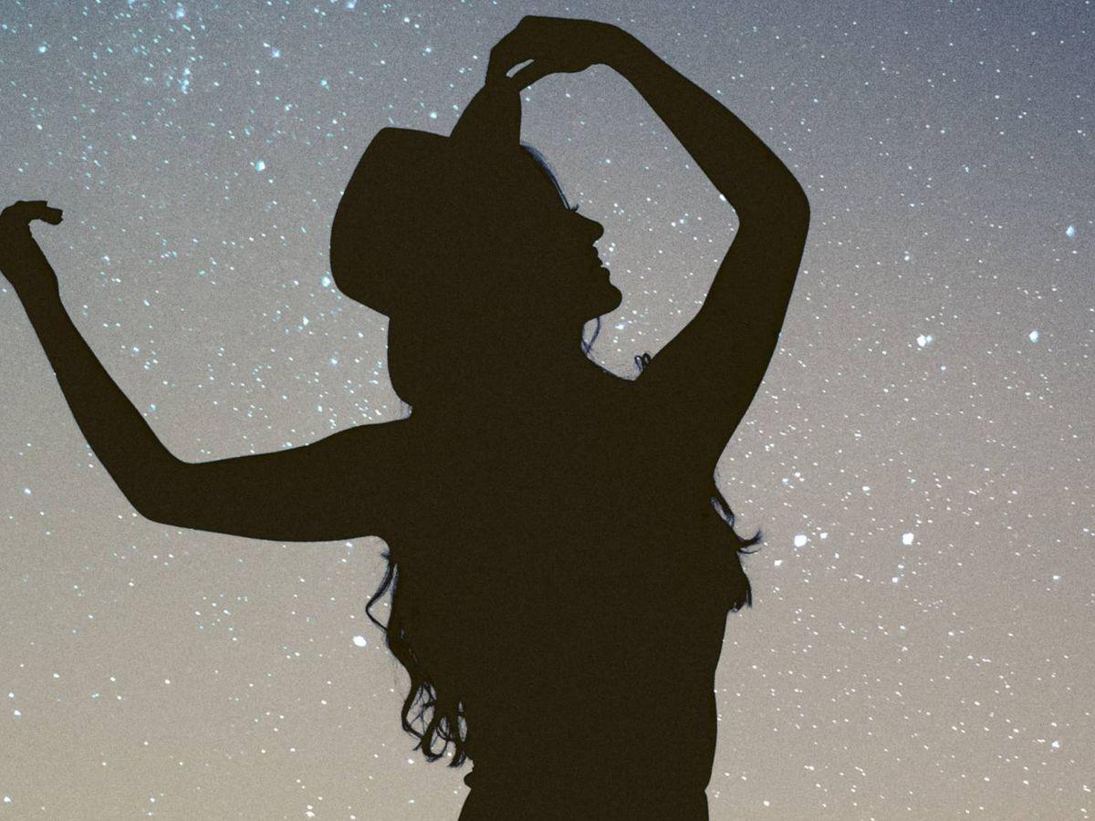 Foto: Tocamos las estrellas gracias a estas lámparas. (Allef Vinicius para Unsplash)