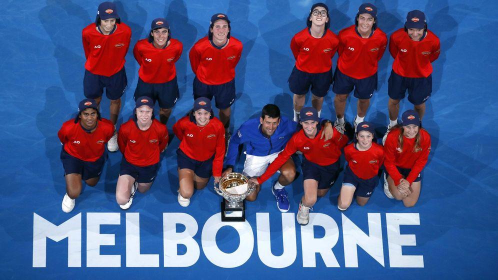 Foto: Novak Djokovic posa con los recopelotas del Open de Australia tras su séptima victoria en Melbourne (Foto: Adnan Abidi)