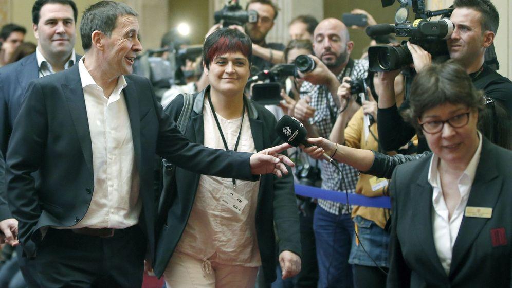 Foto:  El líder 'abertzale' y secretario general de Sortu, Arnaldo Otegi (c), acompañado por Marian Beitialarrangoitia (d), a su llegada al Parlament. (EFE)