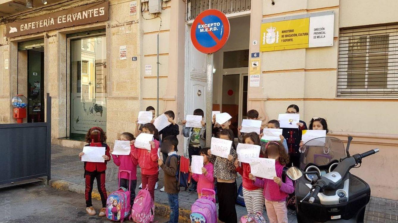 Foto: Varios alumnos piden la escolarización hace unos meses en Melilla. (Cedida por Prodein)