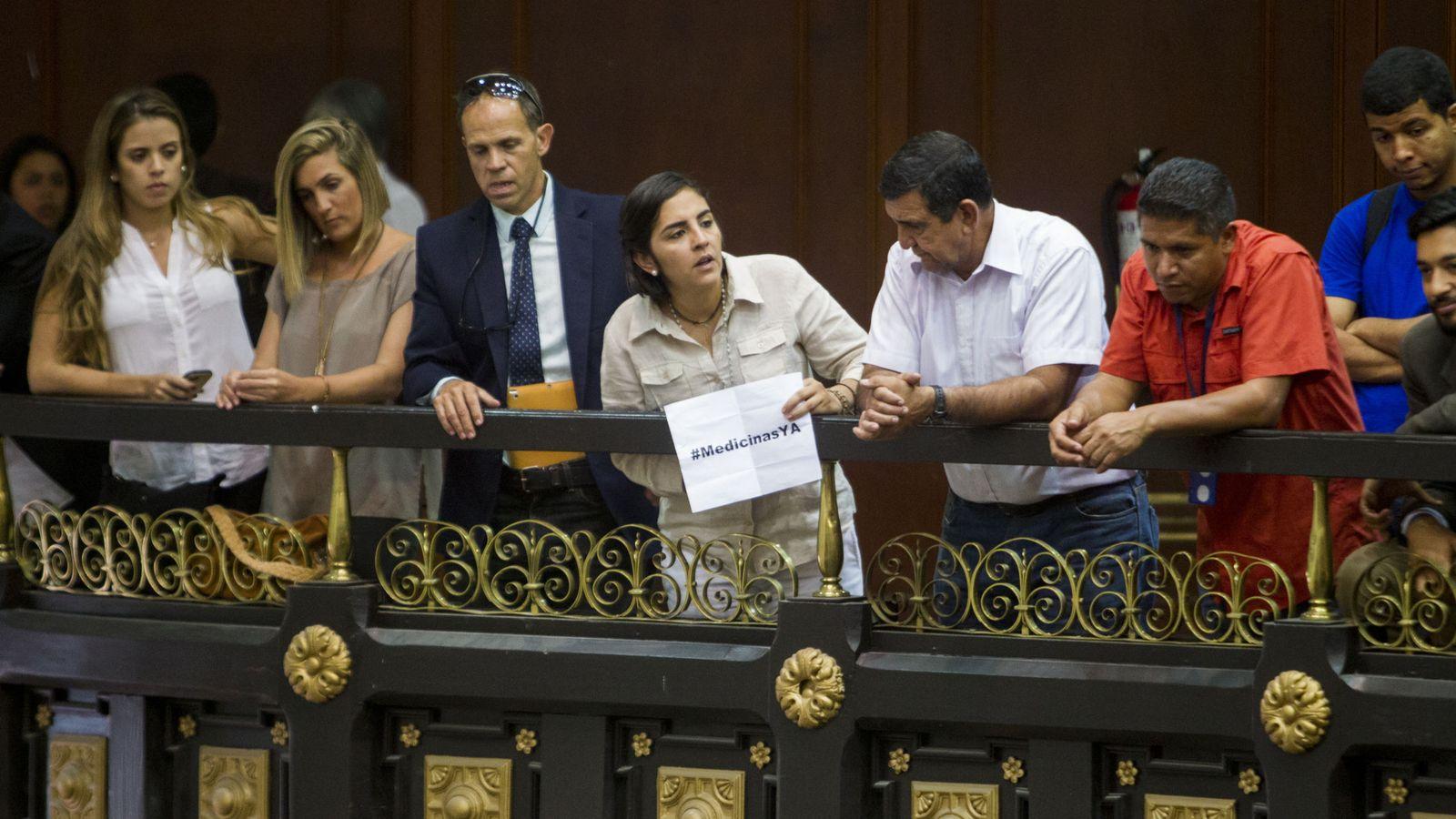 Foto: Manifestantes dentro del Parlamento venezolano denuncian la escasez de medicinas. (EFE)