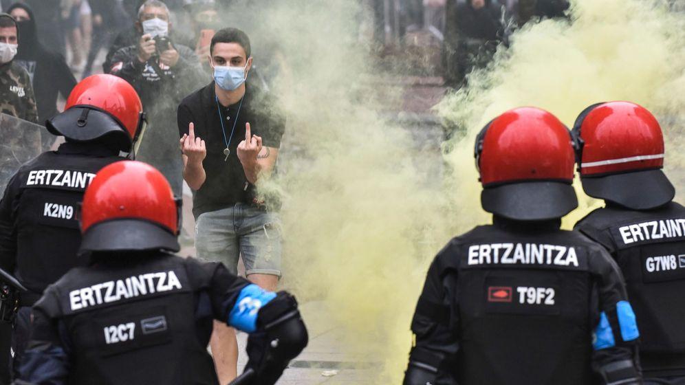 Foto: La Ertzaintza, ayer en Sestao (Vizcaya). (EFE)