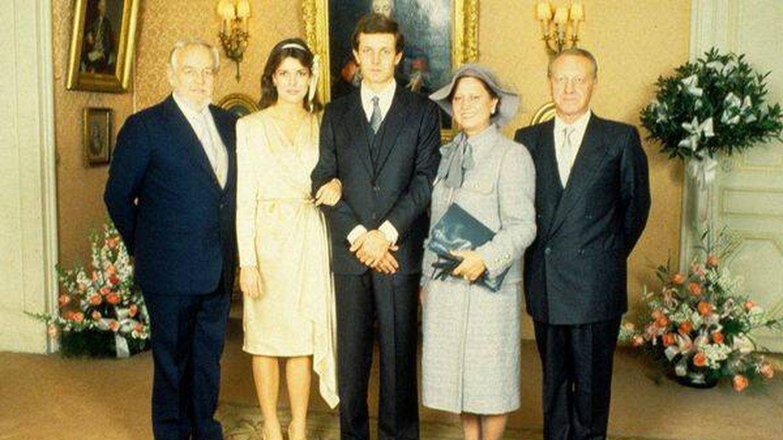 Carolina de Mónaco y Stefano Casiraghi, con sus respectivos padres el día de su boda. (Getty)
