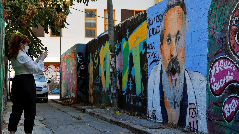 Foto: El artista callejero j.warx plasma al cantante Miguel Bosé en su última creación. (EFE)