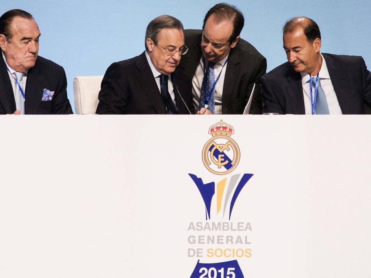 Foto: Manolo Redondo, de pie, junto a F. Pérez durante una asamblea del Real Madrid.