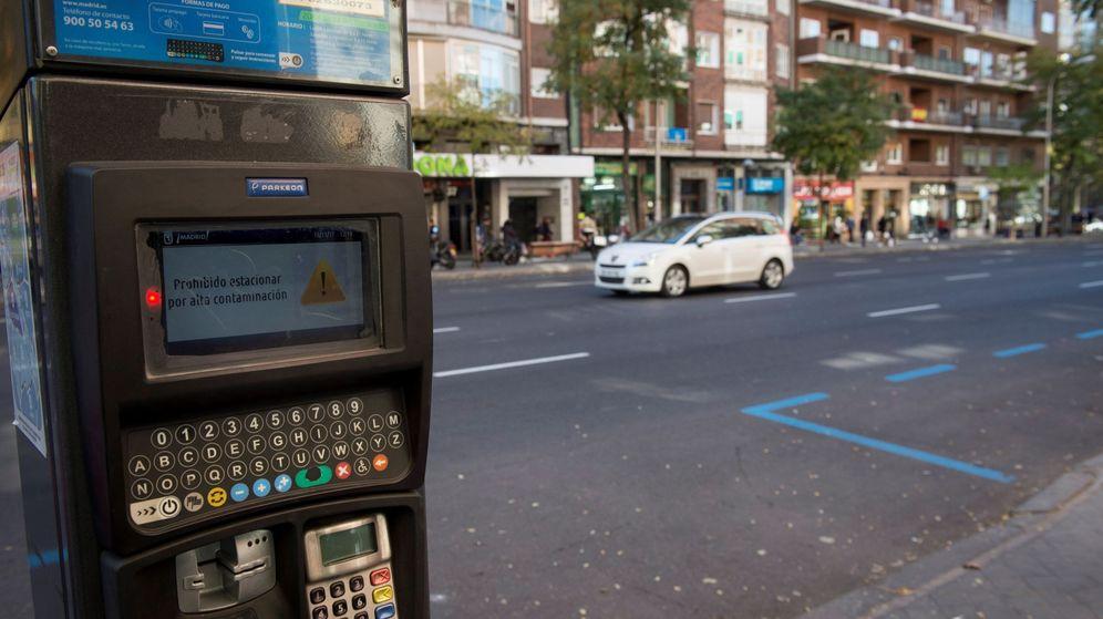 Foto: Una de las máquinas que regulan el aparcamiento de la zona SER en Madrid. (EFE)