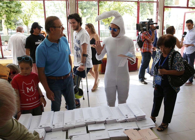 Así vestido ha ido este joven a votar este 26J. (Reuters)