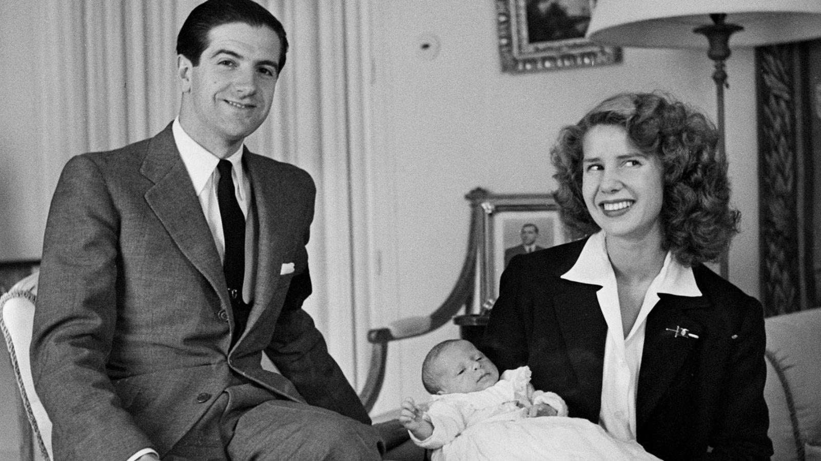 Foto:  Luis Martínez de Irujo, Cayetana de Alba y, en brazos, el actual duque, Carlos Fitz-James Stuart.