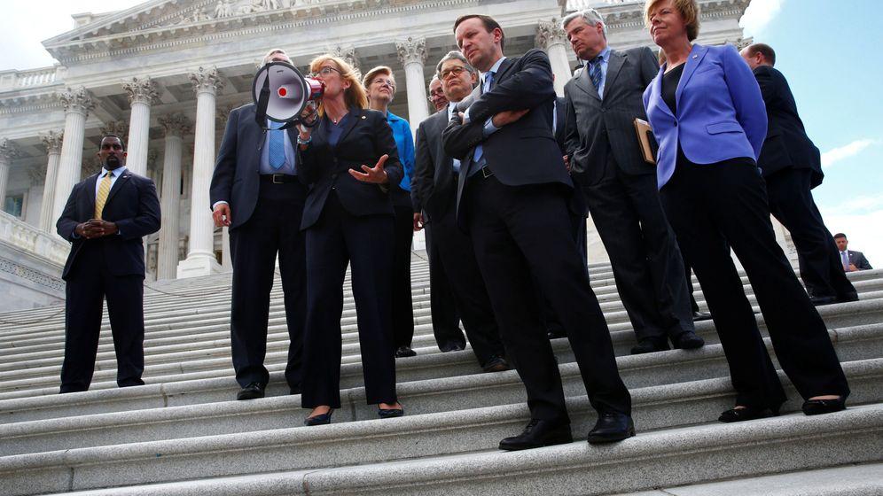 Foto: Senadores demócratas se unen a los manifestantes junto al Capitolio. Washington, 25 de julio. (Reuters)