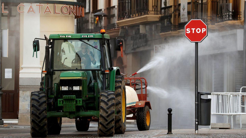 Un granjero desinfectando calles de Ronda con su tractor. (EFE)