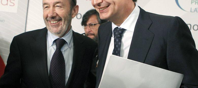 Foto: Rubalcaba y Zapatero, de traje, en una conferencia. (Efe)