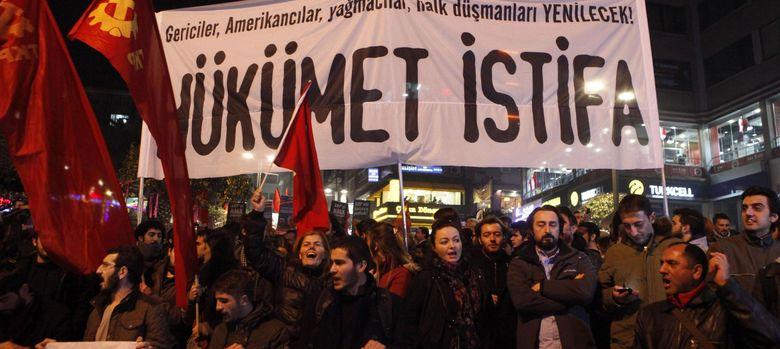 Foto: Manifestantes de izquierda protestan contra el AKP y ERdogan en Estambul (Reuters).