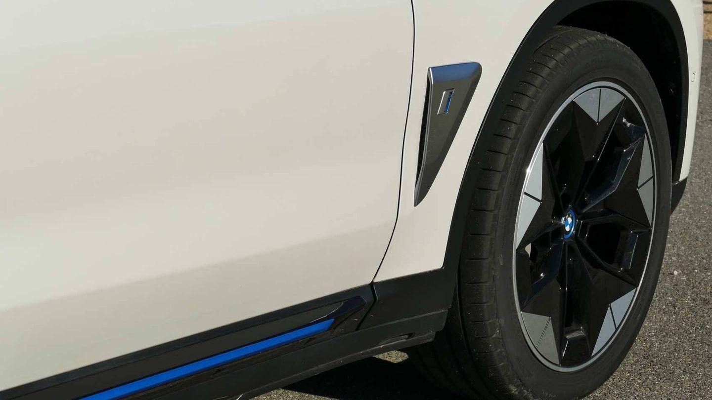 Incluye detalles en color azul y llantas específicas para marcar diferencias con los X3 con motor térmico.