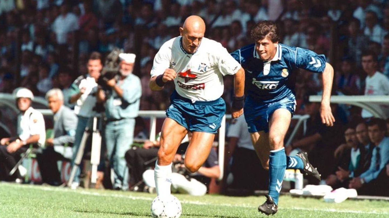 Nando persigue a Dertycia en el partido final de la temporada 92/93.