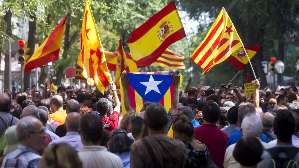 Foto: Mossos se interponen entre grupos a favor y en contra de la Guardia Civil en Barcelona. (EFE)