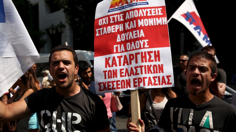 Manifestantes de un sindicato comunista protestan ante el Ministerio de Trabajo, en Atenas (Reuters).
