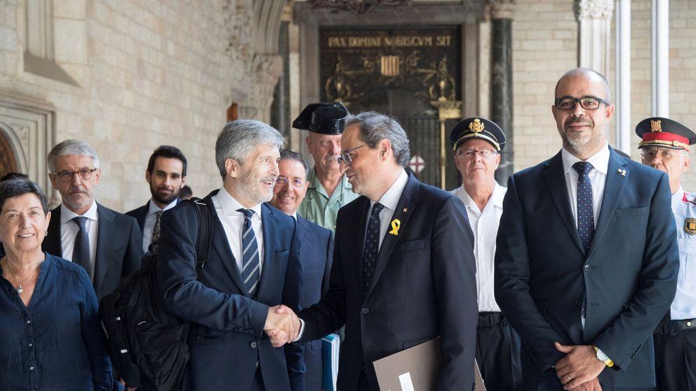 Foto: El presidente de la Generalitat, Quim Torra, junto al 'conseller' de Interior, Miquel Buch, saluda al ministro del Interior, Fernando Grande-Marlaska. (EFE)